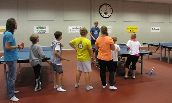 RUNDPING: Trener Alexander aktiviserer med rundbord.