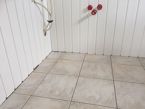 VANNKLOSETTENE: Flotte gulvfliser i de to nye WC-rommene.