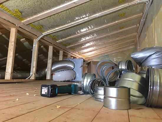 LOFT OG LUFT: Veldig god lagringsplass på loftet, der ventilasjonsanlegget i disse dager tilkoples.