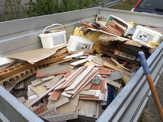 AVFALL: Ukens last med søppel, som vaktmesteren tar ansvaret for å kjøre til det lokale deponiet.