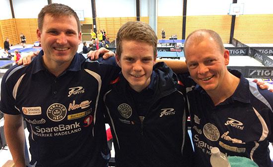TIDLIG UTE: Daniel, Terje og Olof var tidlig på'n i Høyenhallen i dag. (FOTO: Pia-H. Fagerslett)