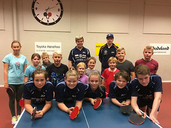 FULL HALL: 14 spillere og to trenere fylte Jevnaker Bordtennishall i kveld.