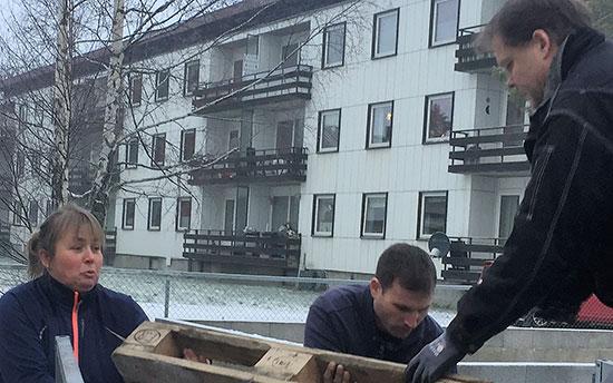 TOK TAK: Lene, Terje og Pål i aksjon med avfallshåndtering.