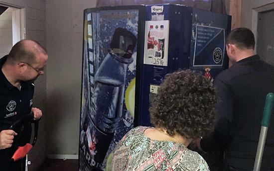 OMINNREDNING: Thomas, Pia-Helen og Terje omplasserer brusautomaten for å gjøre plass til et caféhjørne. (Foto: Lene Jensen)