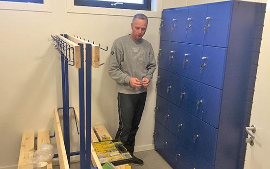 GARDEROBESKAP: Thomas Wilkens sørget for at alle de 45 skapene ble nummerert. Snart kan alle som ønsker kjøpe oppbevaringsrom for 100 kroner.
