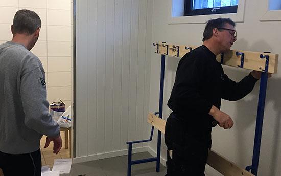 GREPA KARER: Thomas Wilkens og Terje Bjørn Sørum leverte i garderobene.