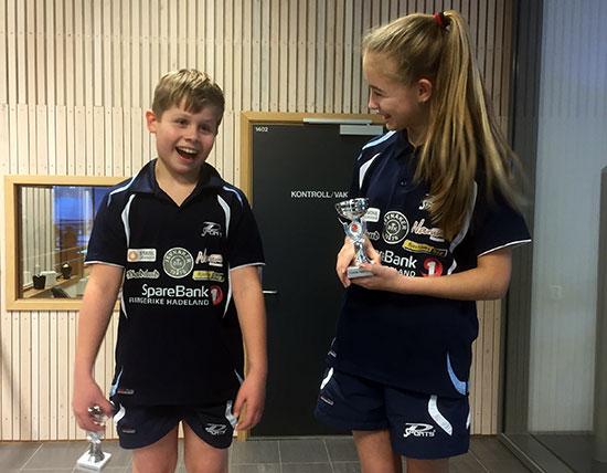 SØSKENBARN: Martin og Kaja gjorde sitt beste og fikk hver sin deltakerpremie. (Foto: Lene Jensen)
