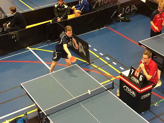 SEIER: Daniel i aksjon i kampen han vant i Herrer D på Fornebu i dag. (Foto: Pia-Helen Fagerslett)