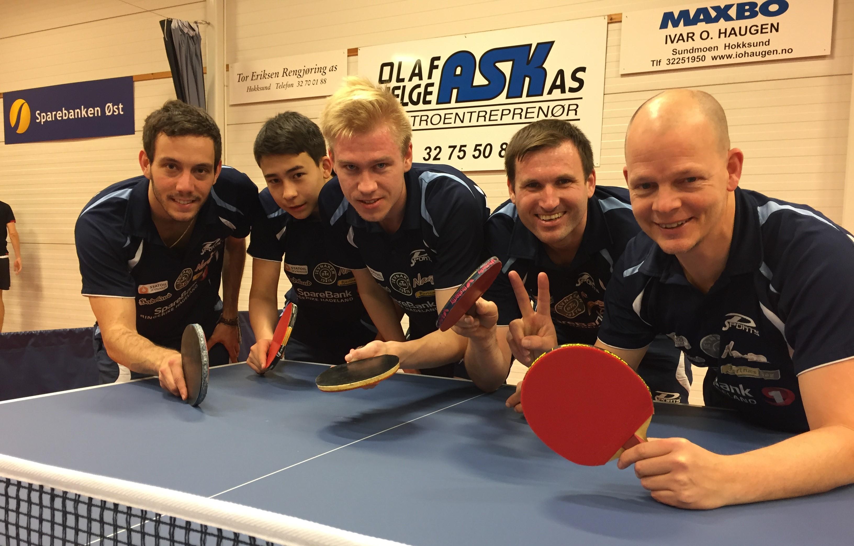 NESTEN-GJENGEN: Poengene lar vente på seg for Pedro (fra venstre), Tim, Adam, Terje og Olof, men JBTKs elitespillere er ved godt mot. Håper om fornyet kontrakt lever videre. (Foto: Tor Hallaråker)
