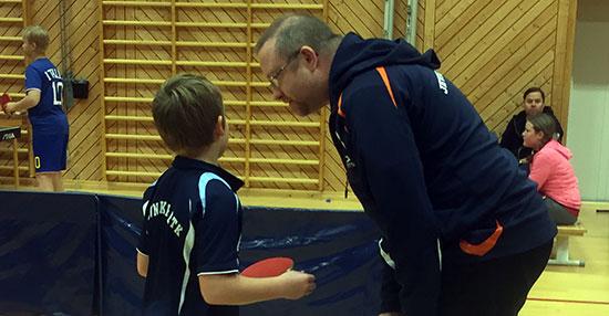 RÅDGIVNING: Martin Jensen lytter til Thomas Møller mellom settene.