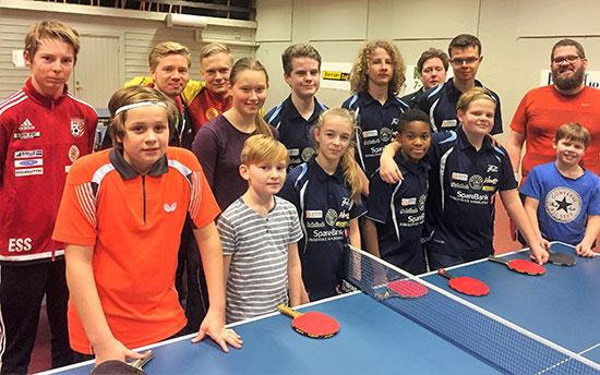 AKTØRENE: Deltakere og trenere. Unge og kompetente trenere. 11 unge og to voksne rekrutter.