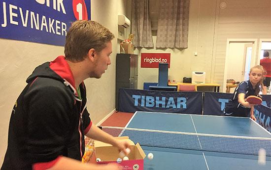 KINATRENING: Jonas Flåøien sørger for at Kaja Jensen får en intensiv økt.