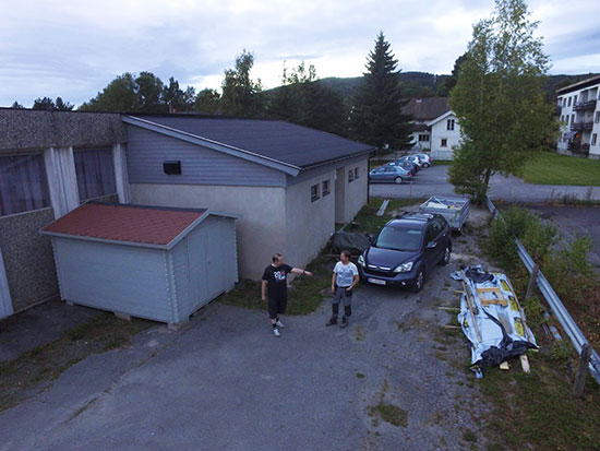 BAKKEPLAN: Kameradronen er nesten på bakkeplan. Thomas Møller og Pål Syse inngår i bildet. (Foto: Kenneth H. Ødegård)