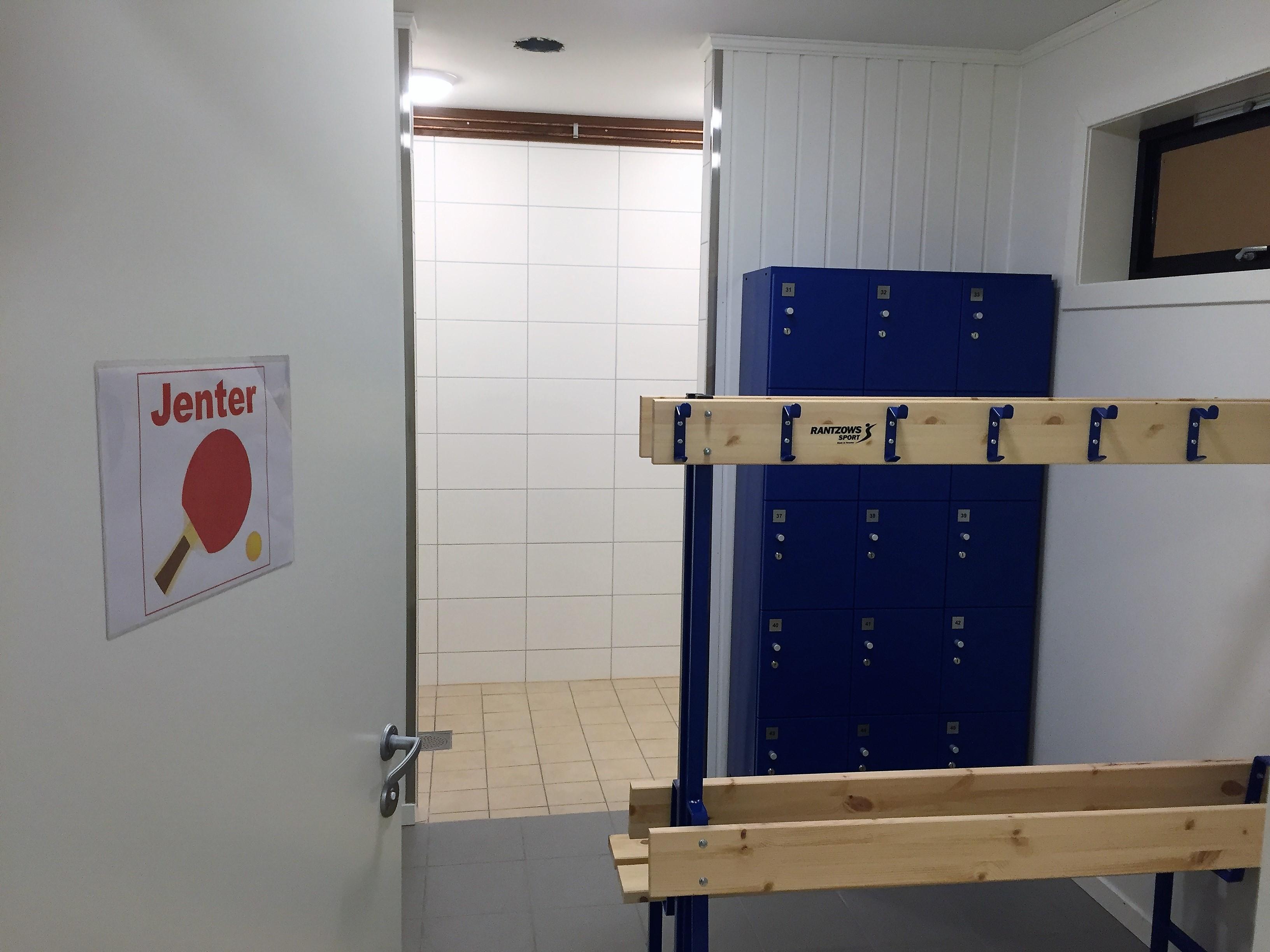 JENTEGARDEROBEN: Åpen, men her var det kun toalettet som ble benyttet i dag.