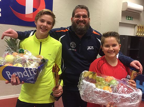 FAIR PLAY: Halvor Sulheim og Tobias R. Binder fra Lillehammer ble tildelt dagens Fair Play-fruktkurver fra lokale dagligvareforretninger. Leif Jensen sto for overrekkelsen.