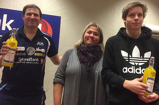 FAIR PLAYERS: Terje Herting (t. v.) og Eskil Ryssmo på hver sin side av JBTK-kiosksjef Lene Jensen.