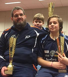 SOM FAR SÅ SØNN: Leif ble kretsmester i går. I dag fulgte sønnene Martin og Jonas opp med hvert sitt KM-gull.