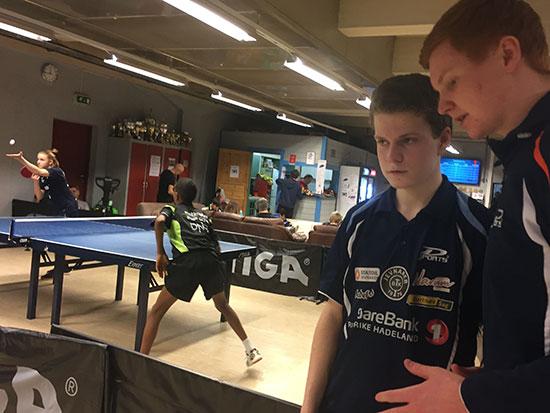 GODE RÅD: Daniel F. Grefsrud coaches av Kenneth H. Ødegård. Innsatsen til Daniel var forbilledlig i dag!