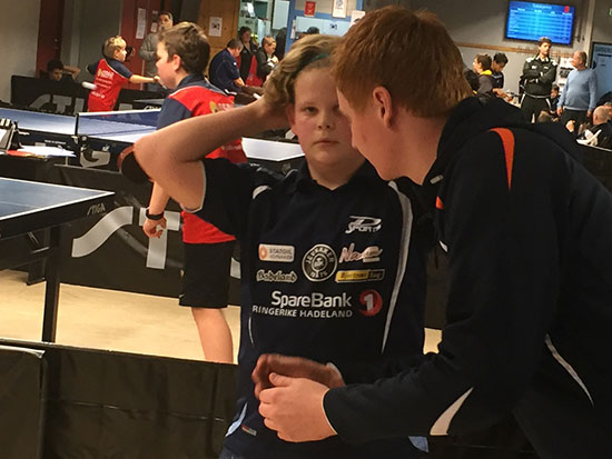 KVARTFINALIST: Kevin Svendsbråten fikk kjørt seg i mange kamper, men imponerte og lærte helt sikkert mye på vei til kvarten i G13 rekrutt. Her med coach Kenneth.