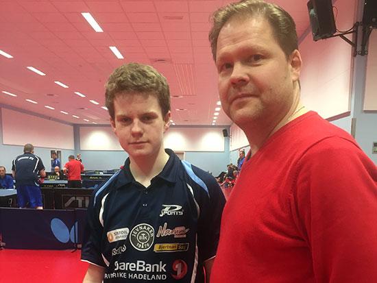 PÅ PALLEN: Daniel F. Grefsrud (t.v.) imponerte i dag; med god hjelp fra stefar Pål Syse. (Foto: Lene Jensen)