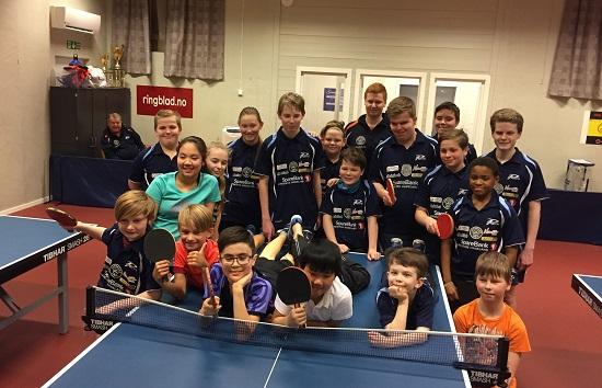 UNGDOMMER: Noen av de mange unge spillerne og trenerne som var i aksjon i Jevnaker Bordtennishall.