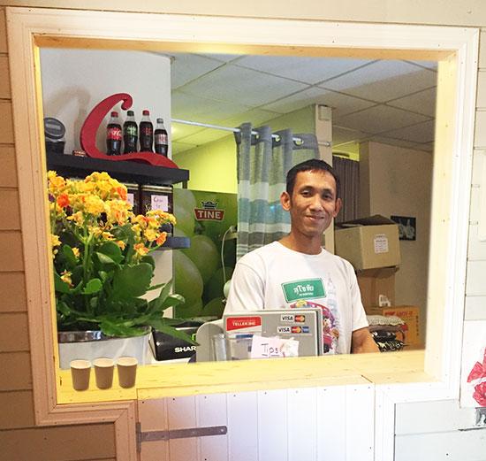 VELKOMMEN: Watchara «Ek» Chadkarn er klar til å ta imot gjester i den nye Thai-restauranten på Jevnaker.