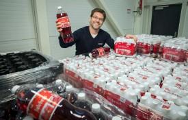TØRST? Coop gir bort 100 000 flasker med julebrus. En av de 96 pallene kan havne i Jevnaker Bordtennishall.