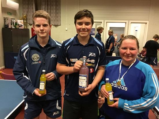 FAIR PLAYERS: Daniel, Emil og Monica fikk hver sin lemonadeflaske.