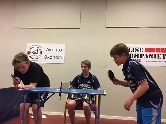 MINIBORD: Kevin server med stil også på det lille bordet. Her mot Martin med Eivind som dommer.