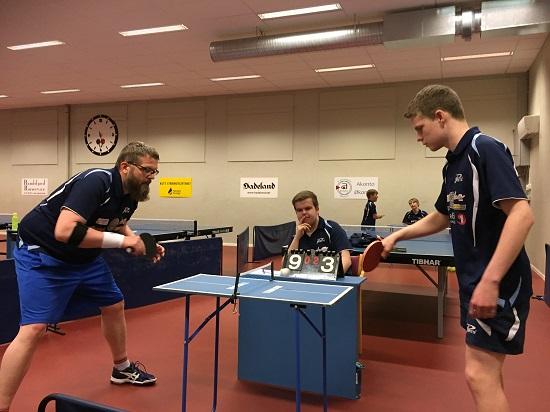 MINIBORD: Leif og Daniel i fint driv på det lille bordet med Thomas som dommer.