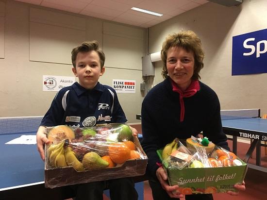 FAIR PLAYERS: Erik Jensen og Anne Stenrud ble valgt ut som vinnere av hver sin fruktkurv.