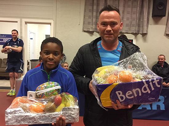FAIR-PLAYERS: Daniel Miancho (t.v.) og Frank Johansen fikk hver sin fruktkurv.