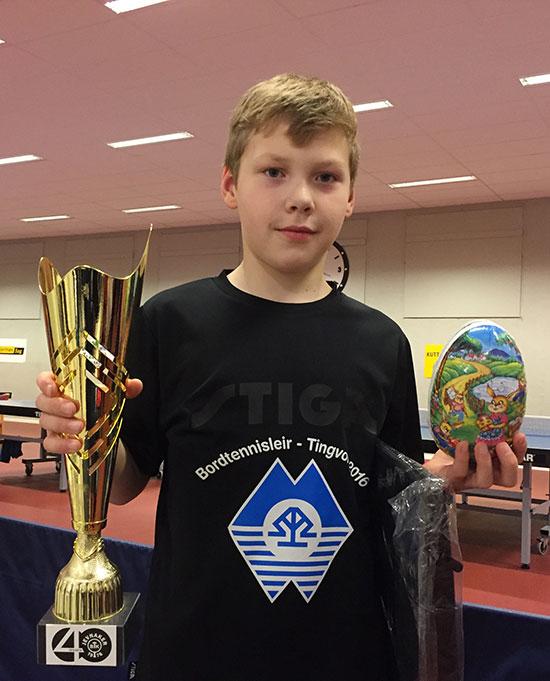 UNG OG GOD: Martin Frøseth ble beste yngre deltaker og fikk stor pokal. Norges beste tiåring konkurrerer videre i Sverige i påskehelgen.