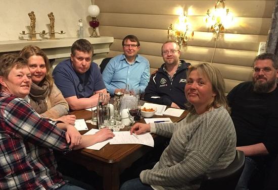 PING-PONG: Tone M. Ødegård (f.v.), Anne Gunn Enger, Jan Tore Hansen, Hans Gaarder, Thomas Møller, Leif Jensen og Lene Jensen representerte JBTK. (Foto: Arvid Holmlund)