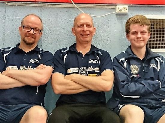 F-GJENGEN: Lars Jensen (f.v.), Svein Arne Fredriksen og Daniel Fagerslett Grefsrud representerte Jevnaker BTK i Herrer F. (Foto: Pål Syse)