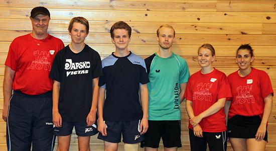 FORNØYDE: Daniel og Eivind (nr. 2 og 3 fra venstre) sammen med fire av trenerne. Hans Thalin til venstre. (Foto: Jan Bergersen)