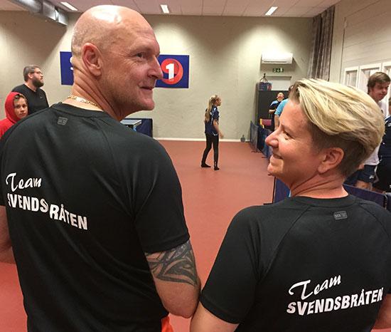 TEAM SVENDSBRÅTEN: Leif-Harald og Linda med proffe drakter.