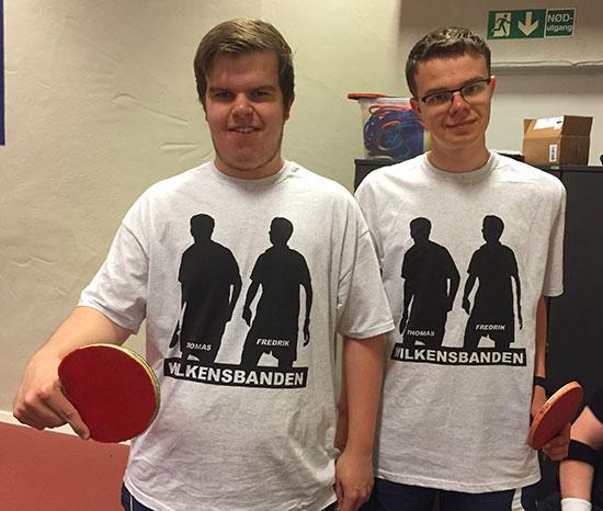 WILKENSBANDEN: Thomas og Fredrik i drakter med silhuett av seg selv.