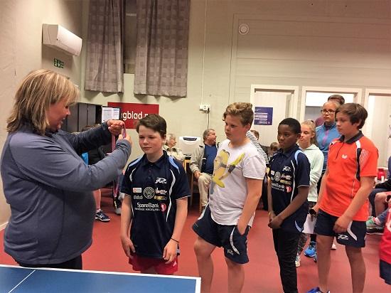 MEDALJEUTDELING: Lene Jensen sto for medaljeutdelingen til alle de yngre.
