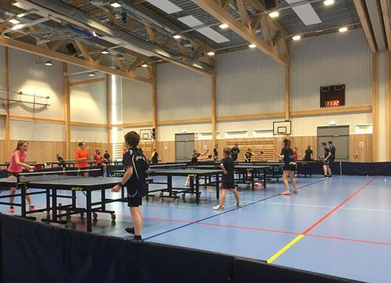 ACTION: Leirdeltakerne i aksjon i Harestua Arena onsdag formiddag. (Foto: Lene Jensen)