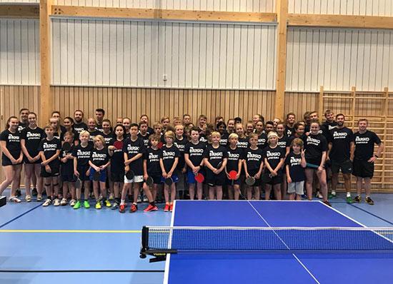 HELE GJENGEN: Ca. 50 unge utøvere deltar på på Nordic Table Tennis Summer Camp. (Foto: NTTSC)