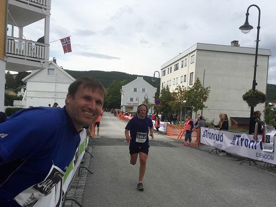 OPPLØPET: Terje heier Olof fram til mål i Jevnaker sentrum.