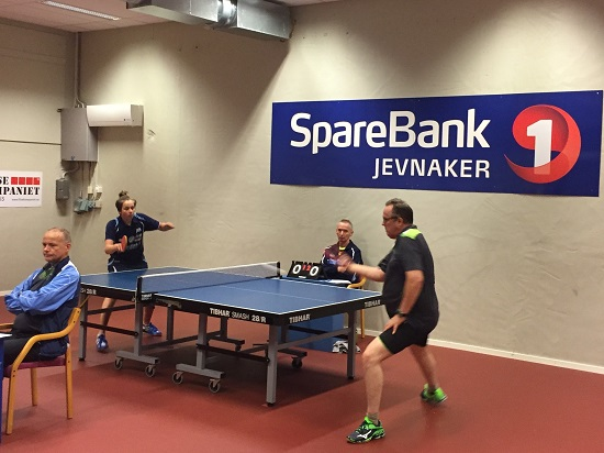 INNLEDENDE: Jonas Jensen mot Claus Tjelle, der sistnevnte vant 11-9 i femte og avgjørende sett.