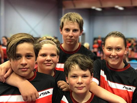 FORNØYD GJENG: Jonas (fra venstre), Kevin, Eivind, Amund og Ingeborg. (Foto: Jonas Flåøien)