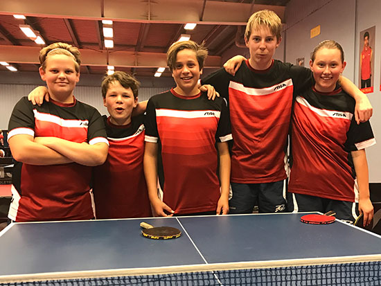 I NY DRAKT: Kevin (fra venstre), Amund, Jonas, Eivind og Ingeborg. (Foto: Jonas Flåøien)