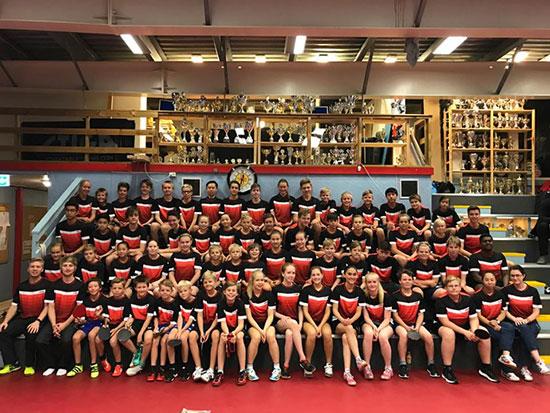 FULLT HUS: Spillere og trenere samlet før start på lørdag. (Foto: Region Øst)