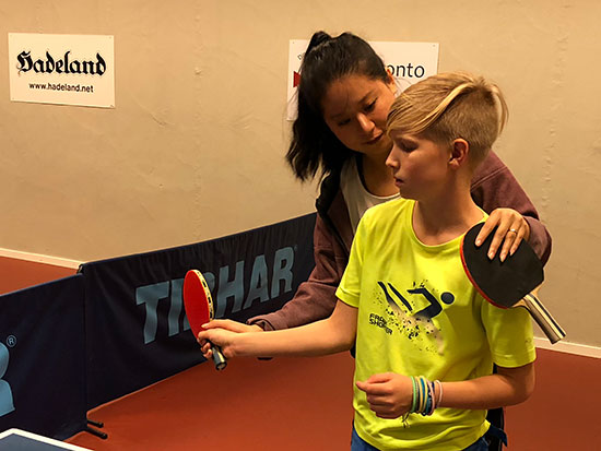TIPS: Cindy korrigerer Albin, som er aktiv tennisspiller. Han har ohgså bordtennisbord hjemme - og lærer fort!