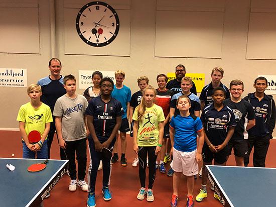 SAMLET GJENG: Spillerne og trenerne samlet etter pausen.